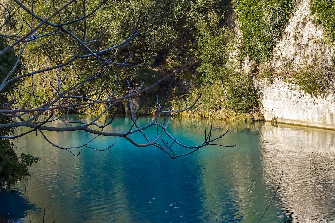 Acquamarina, azzurro intenso e blu cobalto: i colori strabilianti delle acque del Nera sono determinati anche dall'accumulo di minerali della zona