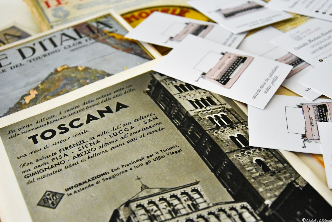 """Una storica pubblicità che invita a visitare i maggiori centri della Toscana contenuta in uno dei numeri de """"Le Vie d'Italia"""", rivista del Touring Club Italiano"""
