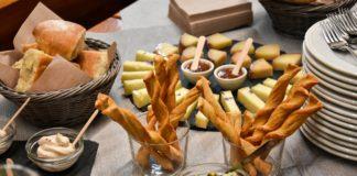 L'aperitivo al Rifugio Van Spitz prima di cominciare la ciaspolada nel cuore della Valle dei Mòcheni