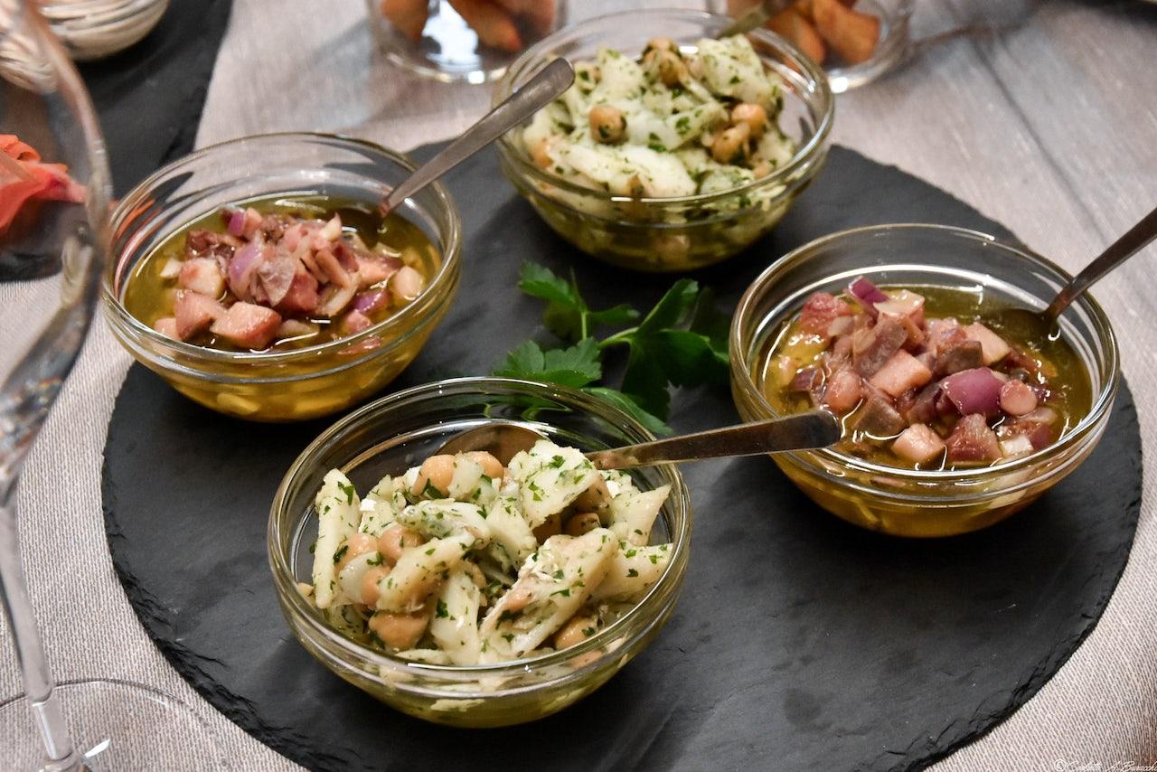 Aringhe con cipolle e Baccalà con ceci altri piatti proposti prima d'iniziare la ciaspolada