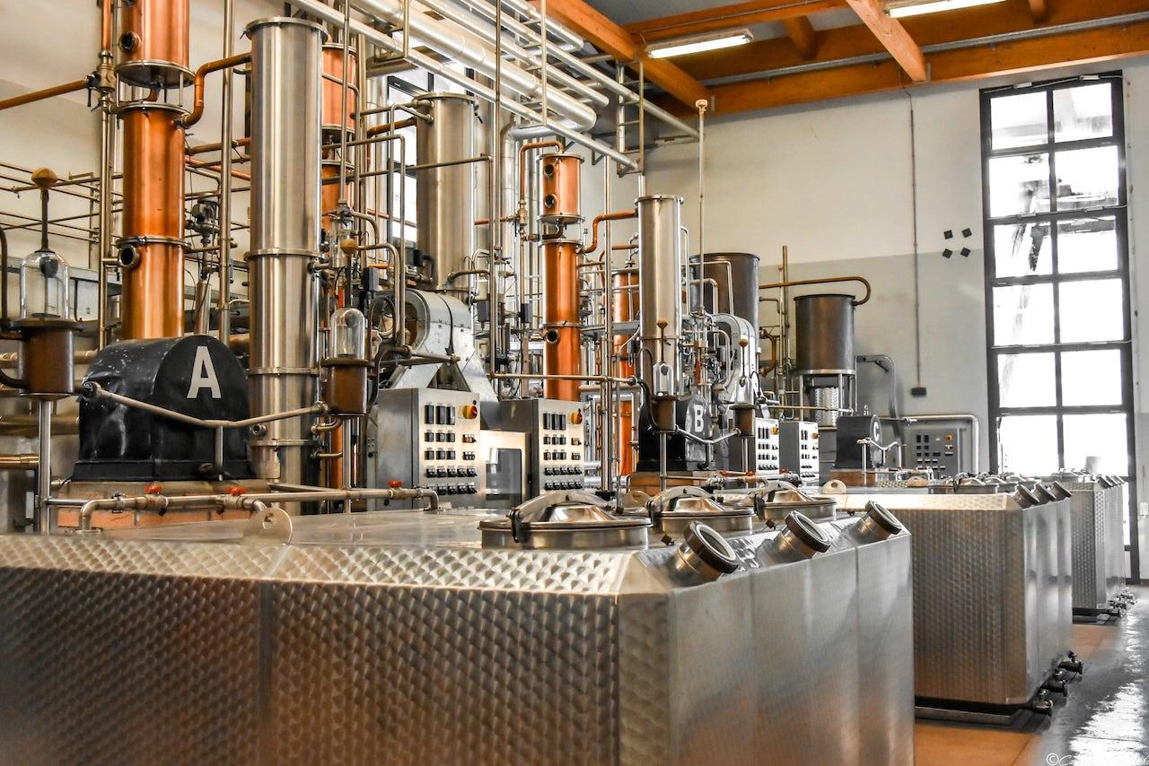 L'impianto di distillazione discontinuo della Distilleria Bertagnolli
