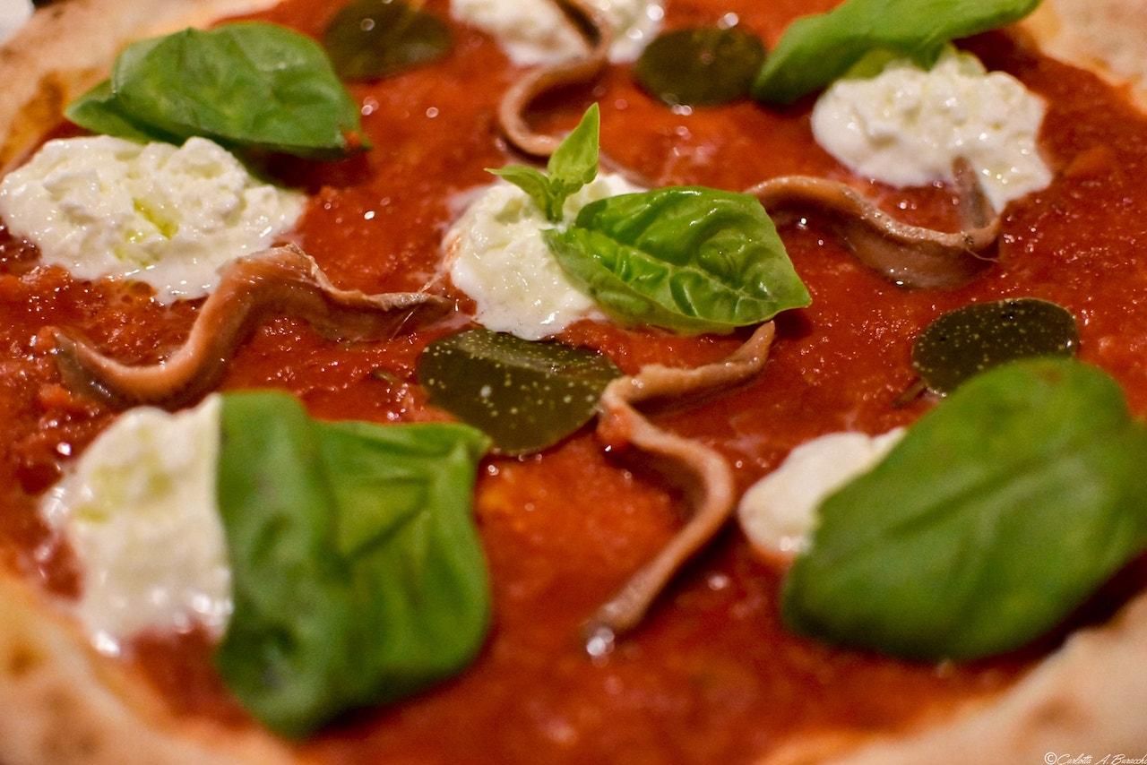 La nuova Napoli destrutturata con foglia di cappero alla pizzeria Al Foghèr, Arezzo
