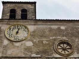 L'orologio della Chiesa di Santo Stefano a Ferentillo, provincia di Terni, Umbria