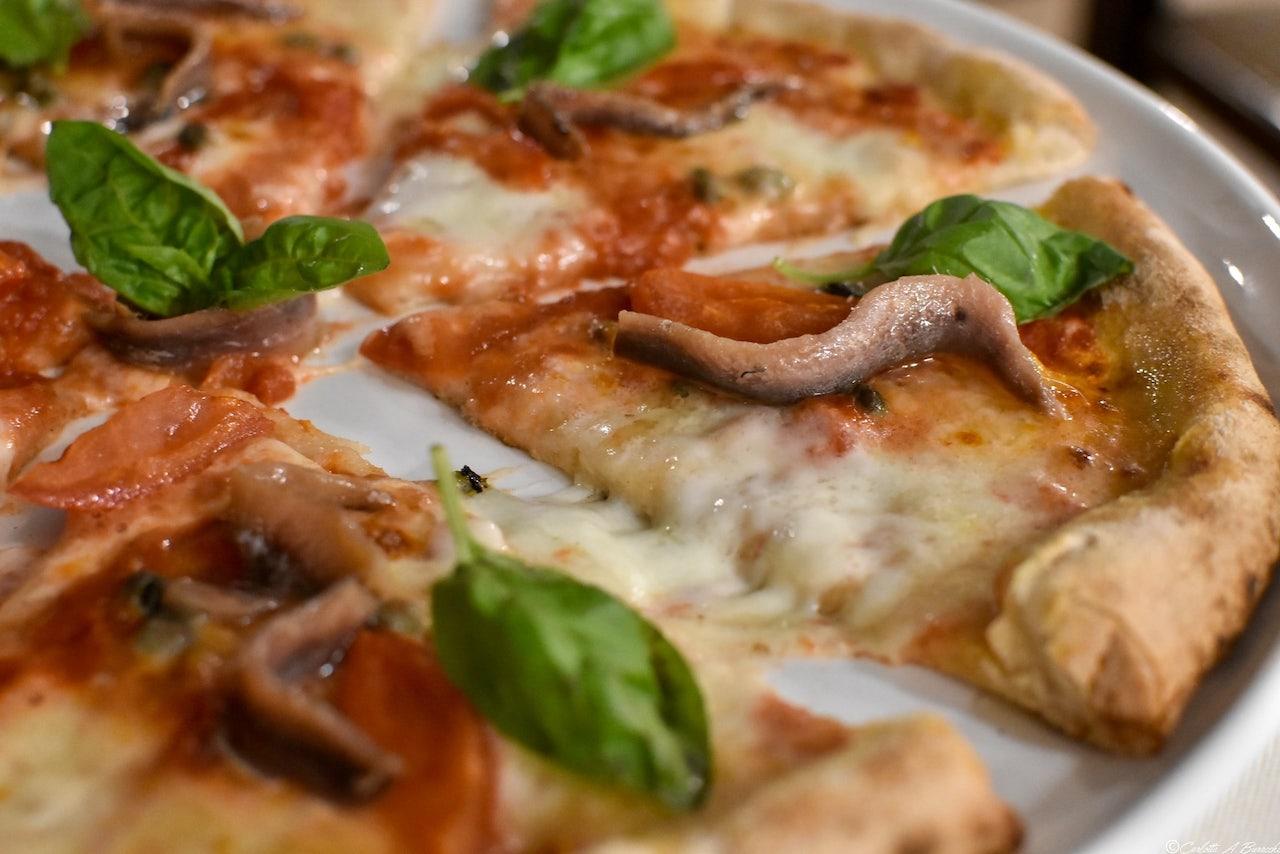 La pizza Bufanapoli de Al Foghèr di Arezzo: mozzarella di bufala, pomodoro, alici, capperi e basilico
