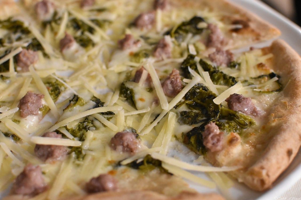 La pizza Funiculì Funicolà con mozzarella fior di latte, friarielli, salsiccia e grana, pizzeria Al Foghèr, Arezzo
