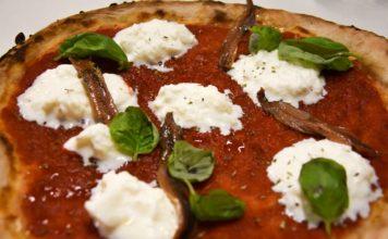 """La pizza """"Napoli destrutturata"""" della pizzeria Al Foghèr di Arezzo: pomodoro, burrata, alici, basilico ed origano"""