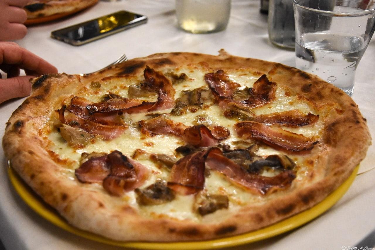La pizza Sfiziosa della pizzeria Al Foghèr: mozzarella fior di latte, pancetta affumicata e funghi porcini