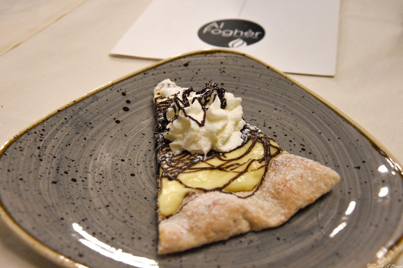 Una delle pizze dessert della pizzeria Al Foghèr di Arezzo: crema chantilly, cioccolato e panna montata