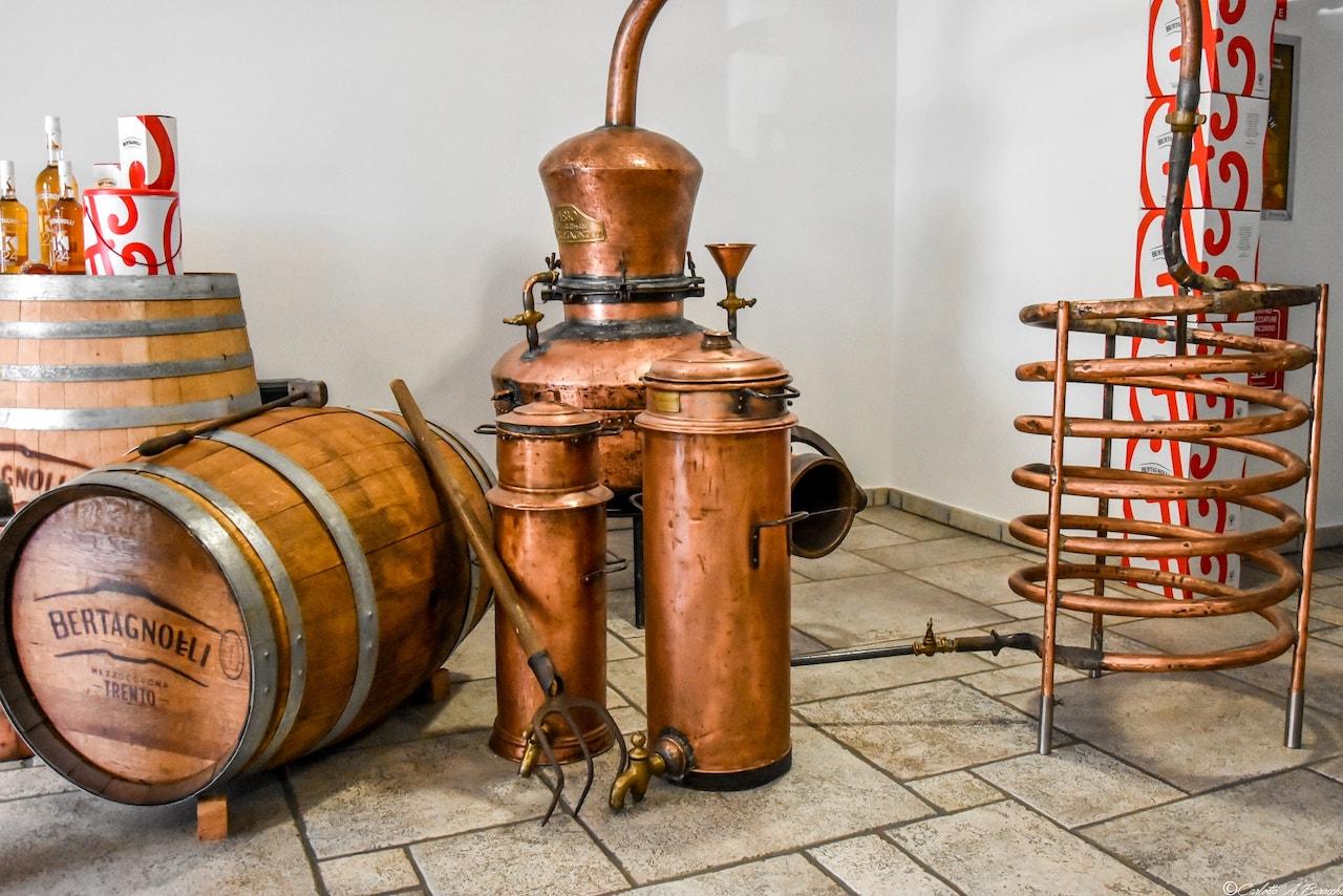 Lo storico impianto di distillazione che la famiglia Bertagnolli ancora conserva in Distilleria