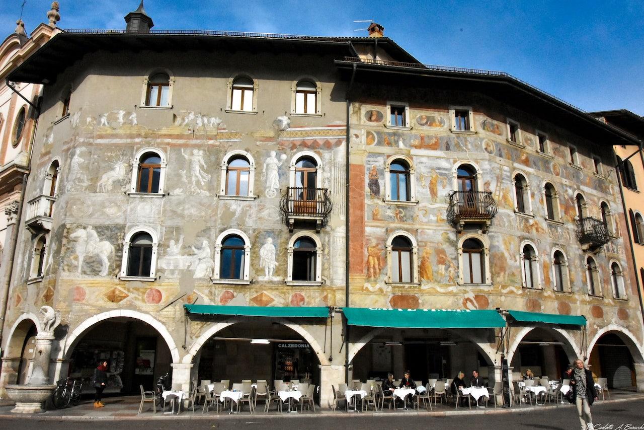 La suggestiva facciata affrescata delle Case Cazuffi-Rella in Piazza Duomo, Trento