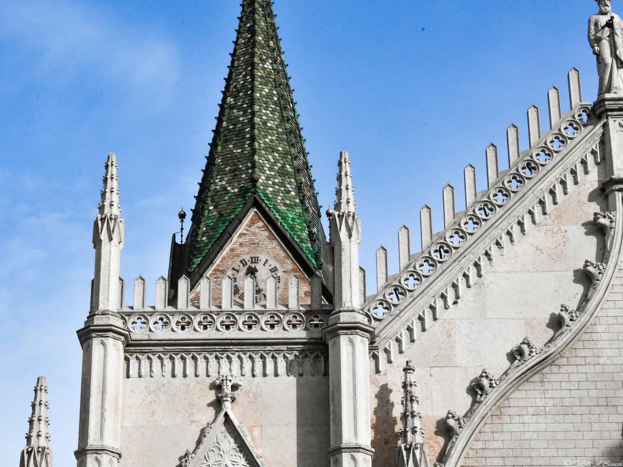 Il suggestivo campanile della Chiesa dei S. Pietro e Paolo a Trento