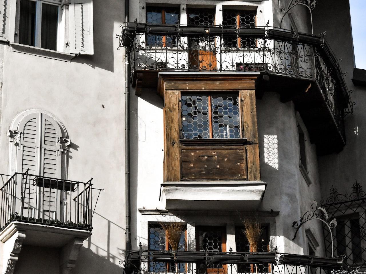 Una delle caratteristiche finestre dell'antica Casa Monauni a Trento