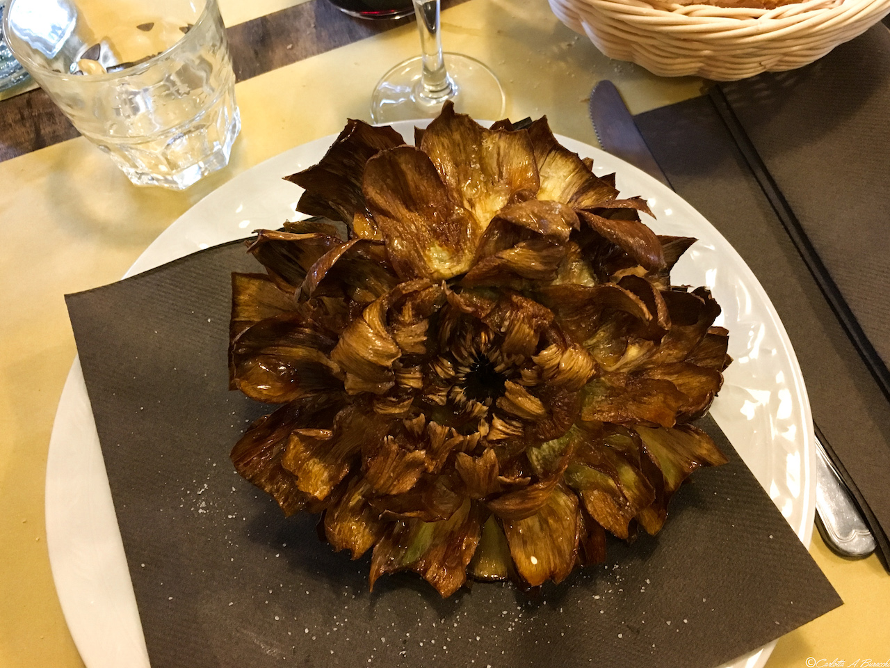Ecco come il Carciofo alla giudìa deve presentarsi nel piatto: non vi ricorda una corolla interamente sbocciata?
