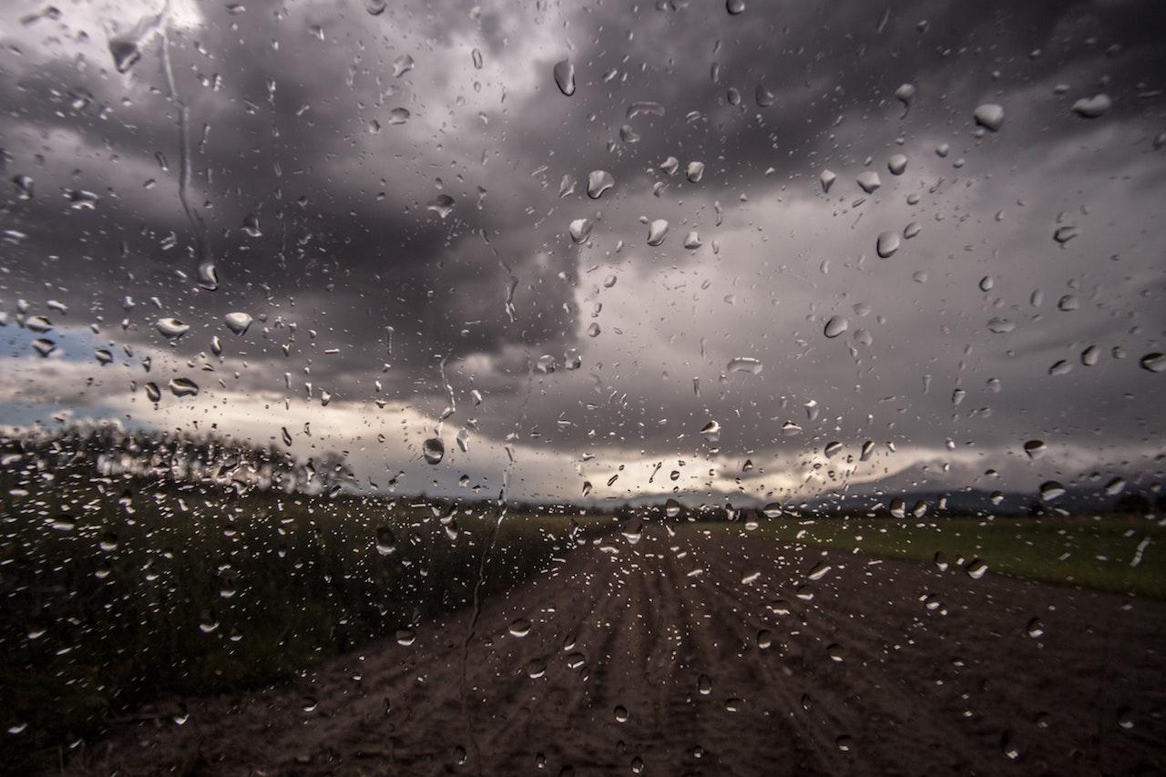 Gocce di pioggia dal finestrino, con un cielo che annuncia ancora temporale