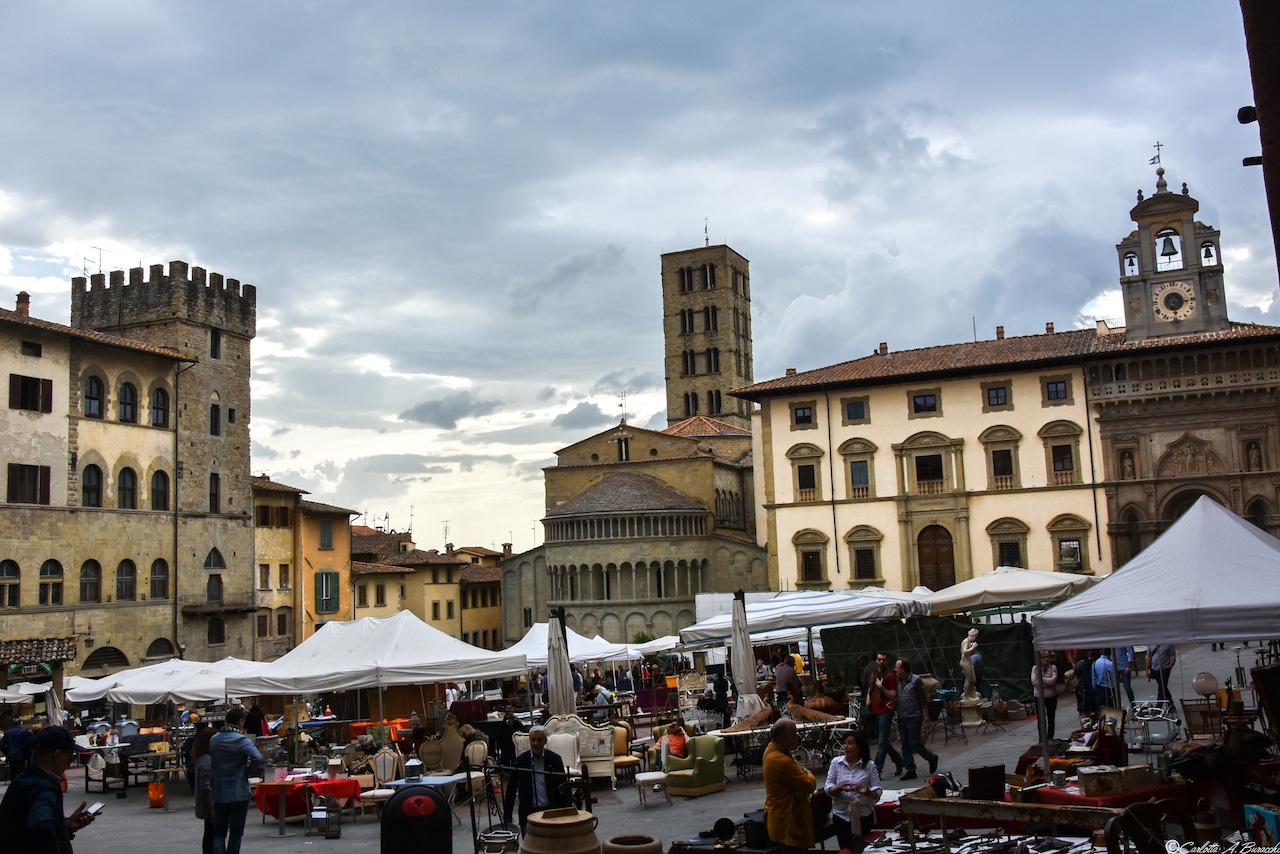 Piazza Grande ad Arezzo con la Fiera Antiquaria ed il preavviso di un temporale