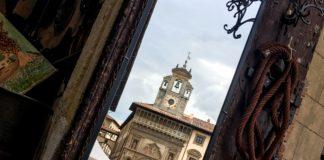 Il palazzo della Fraternita dei Laici riflesso in uno specchio antico durante la Fiera Antiquaria, Arezzo