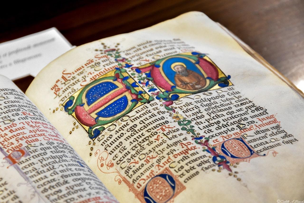 Uno dei preziosi manoscritti della Biblioteca di Arezzo