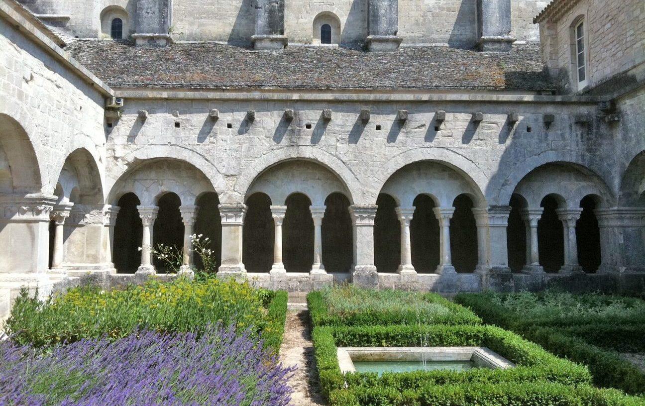 Il chiostro dell'Abbazia di Sènanque, Provenza