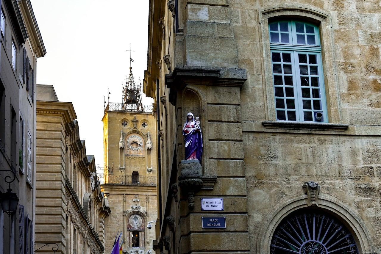 Place Richelme ad Aix-en-Provence con una edicola votiva e la Torre dell'Orologio sullo sfondo