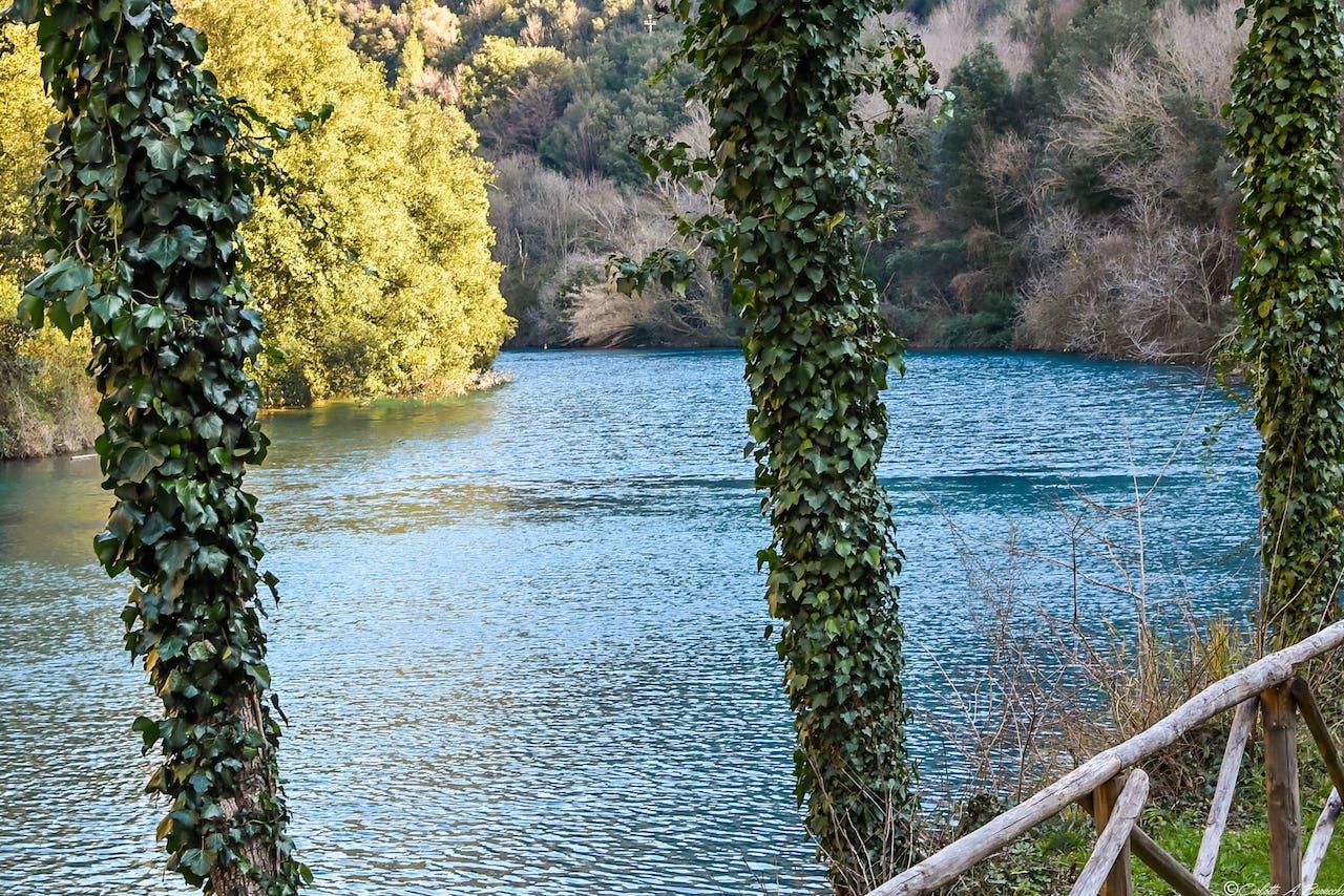 Attorno al Ponte Nuovo, una porzione di terreno strappata alle acque e trasformata in giardino invita a rilassarsi, cullati dal solo suono della vegetazione circostante