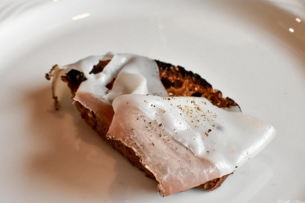 Crostino al lardo con pane nero, Ristorante La Cacciatora