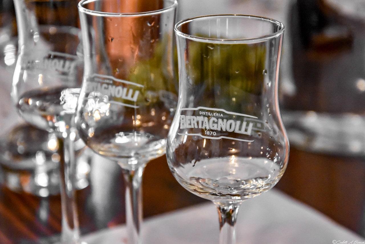 La degustazione delle grappe prodotte dalla Distilleria Bertagnolli