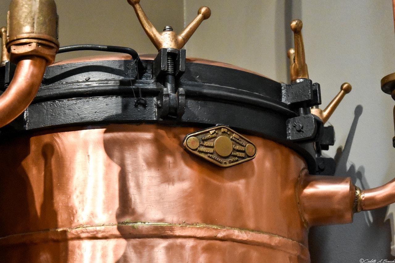 Alambicco per la distillazione della grappa alla Distilleria Segnana, Trento