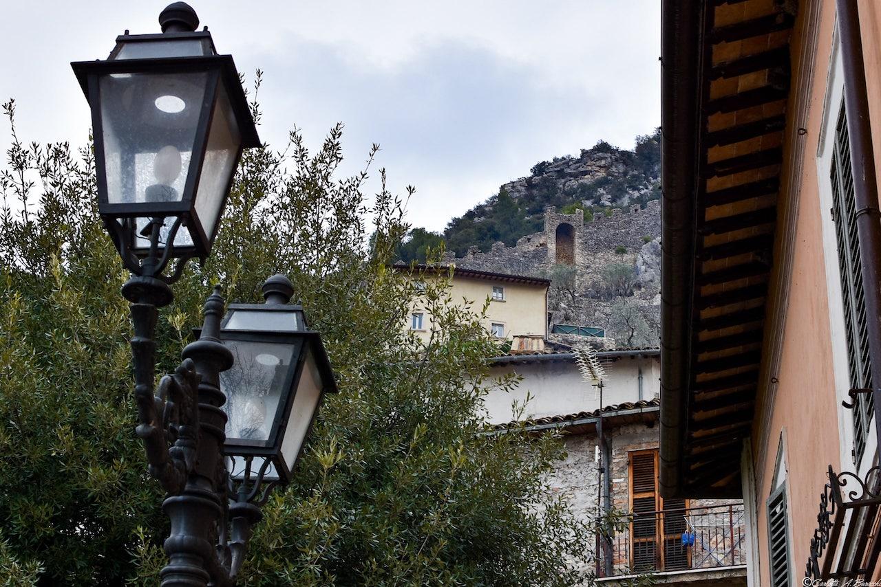 Le mura merlate che corrono fino alla Rocca, Ferentillo, Umbria