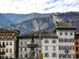 Il Nettuno, dall'alto dei suoi 12 metri di altezza sorveglia maestoso la piazza centrale di Trento