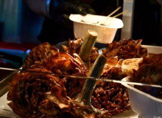 I Carciofi alla giudìa, una delizia della cucina ebraico romanesca qui proposta in versione streetfood da Domus Carciò