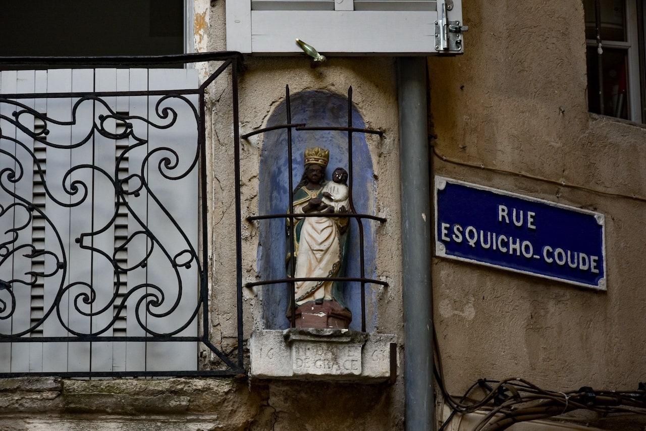 Edicola con una Madonna nera risalente al 1600 all'angolo con Rue Esquicho-Coude