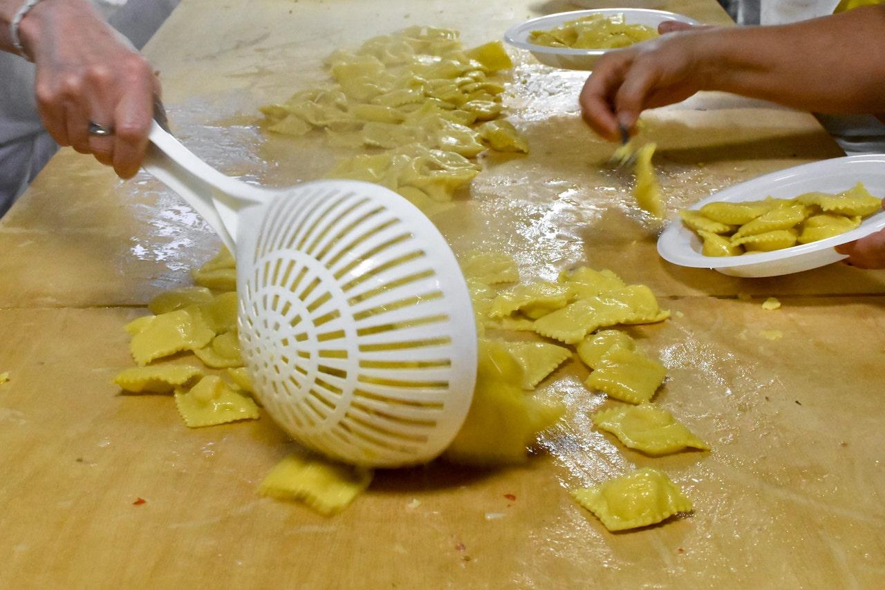 L'impiattamento dei tortelli di patate alla Festa di Santa Cristina a Papiano in Casentino