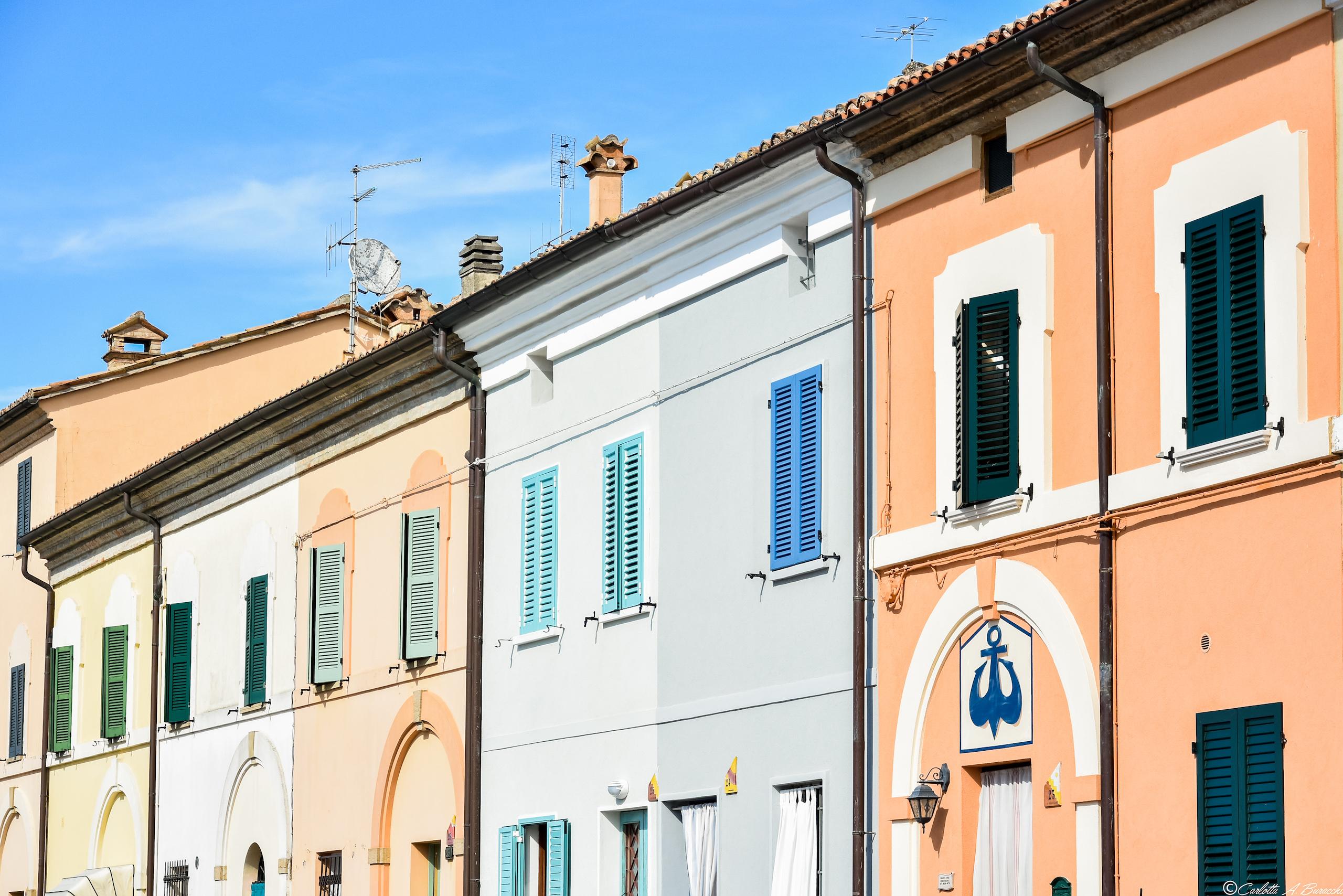 Le casette dalle facciate colorate affacciate sul canale a Pesaro