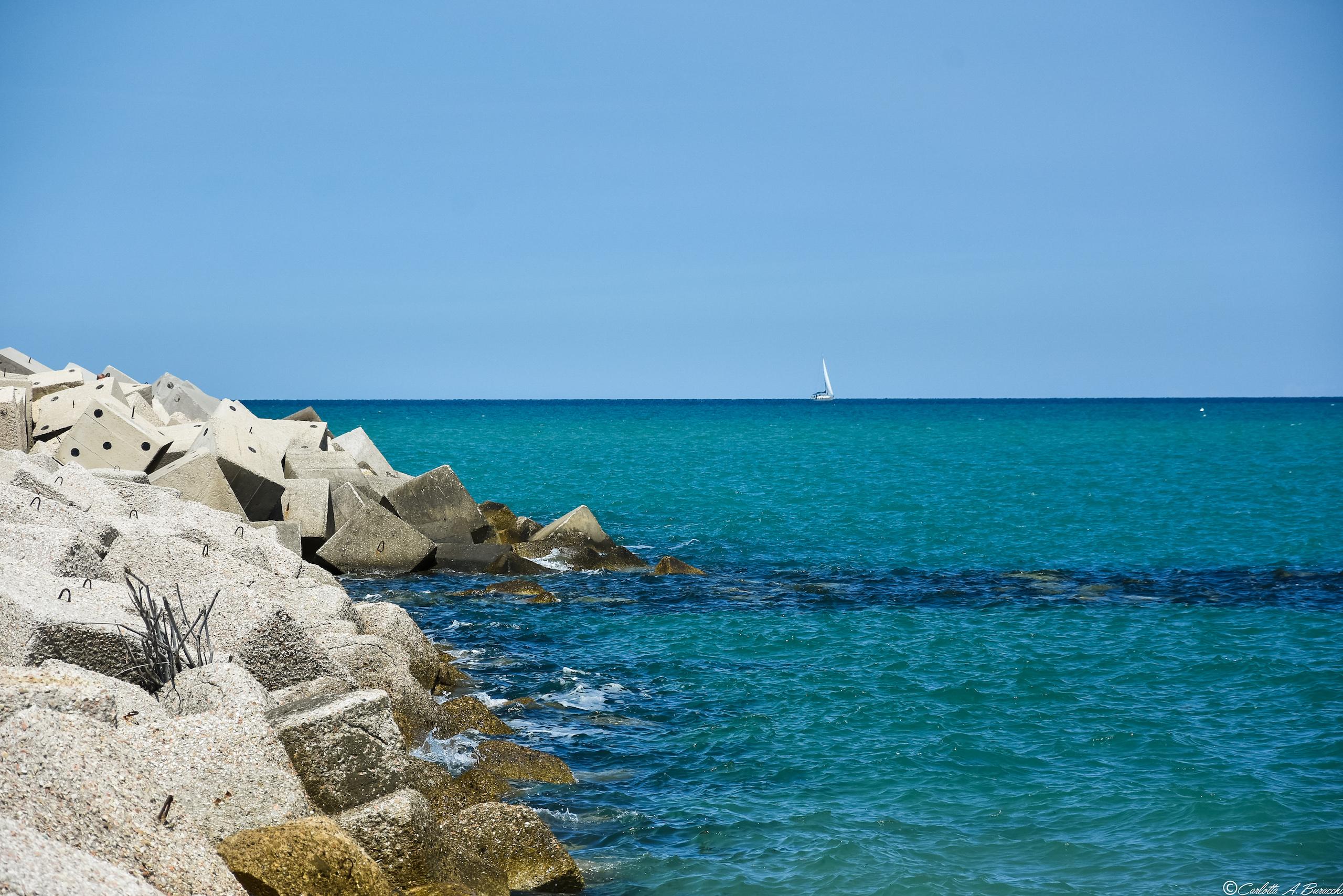 Il mare dinanzi al porto di Pesaro