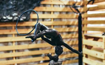 Uno degli oggetti realizzati in ferro battuto esposti nei locali dell'ex Lanificio in occasione della XXIII Biennale di Arte Fabbrile a Stia